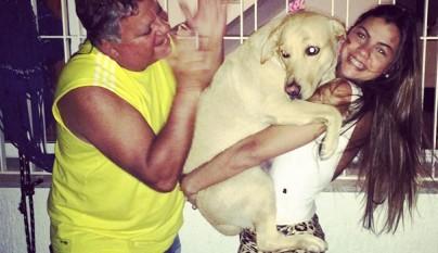 Perros abrazando humanos17