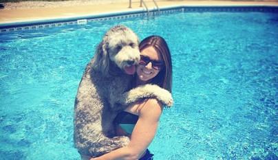 Perros abrazando humanos23