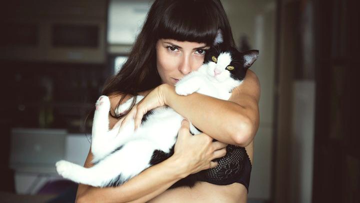 gatos-mujer